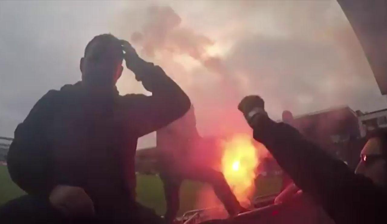 Varias bengalas y bombas de humo obligan a un árbitro a parar en varias ocasiones un derbi en Noruega
