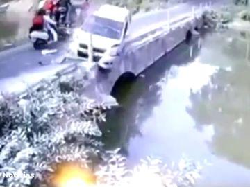 Heroico rescate de un padre a su hijo después de caer con su coche por un puente