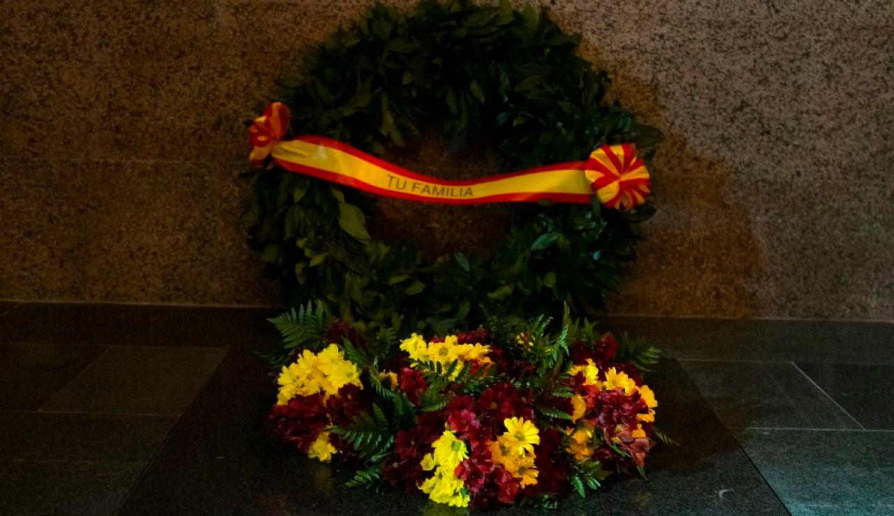 Imagen de una corona de flores de la familia Franco