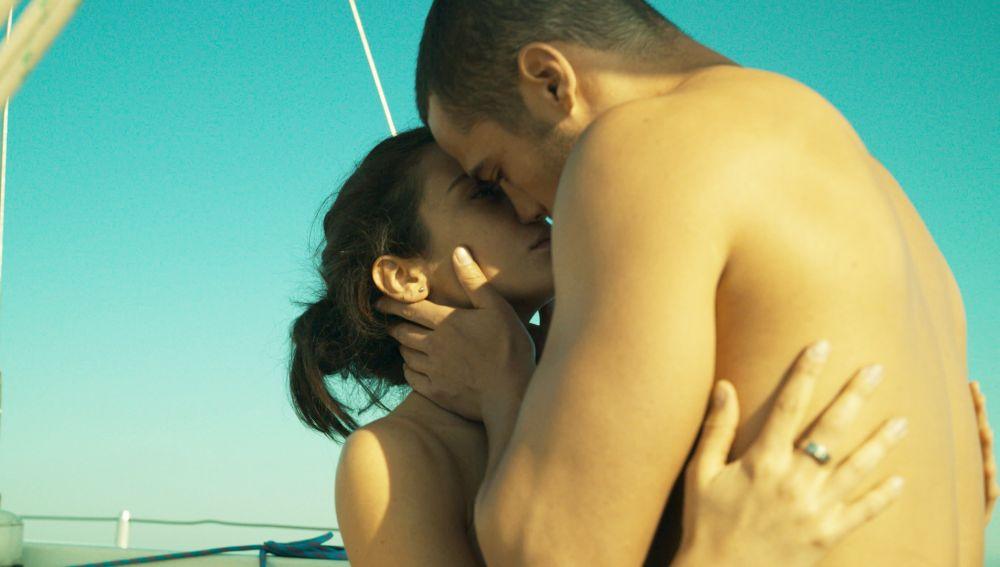 Besos, sexo y pasión entre Hugo y Triana en altamar