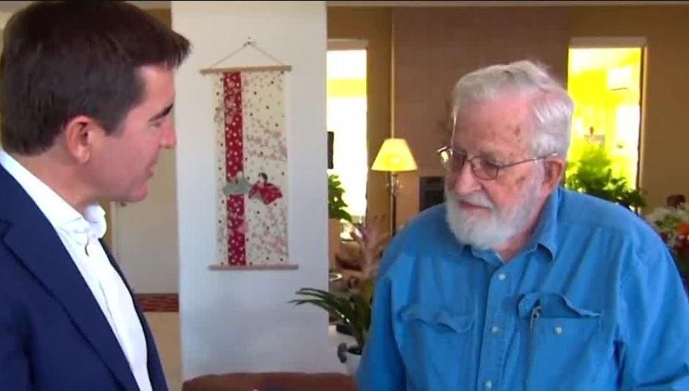 Noam Chomsky recibe personalmente en su casa el Premio