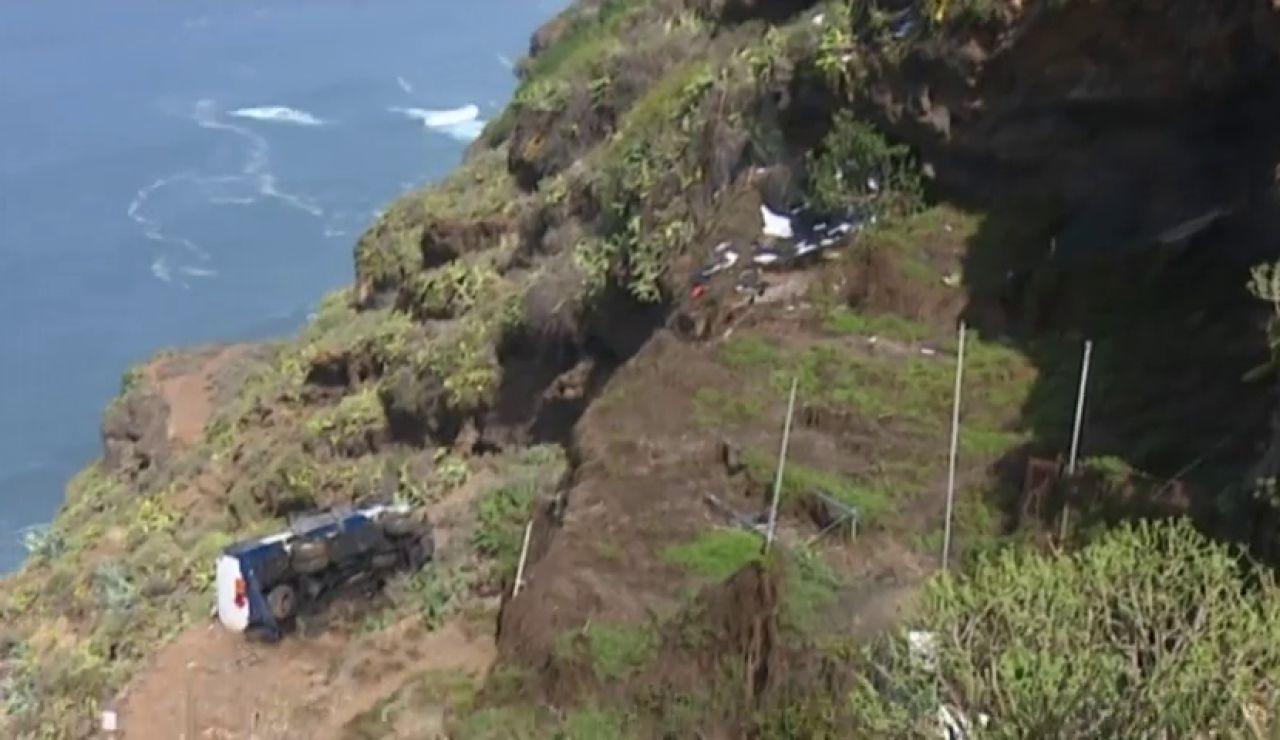 Se salva milagrosamente de la caída de su camión por un barranco de 60 metros en Tenerife