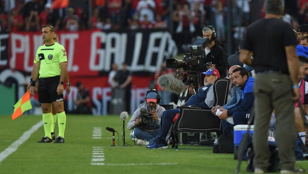 Maradona sentado en su trono