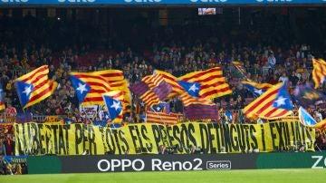 Esteladas y una pancarta pidiendo la libertad de los políticos catalanes en prisión, en el Camp Nou