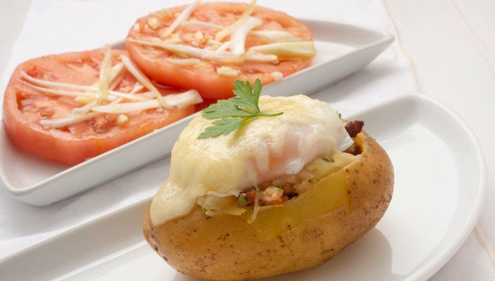 Patatas asadas rellenas de huevo, bacon y queso
