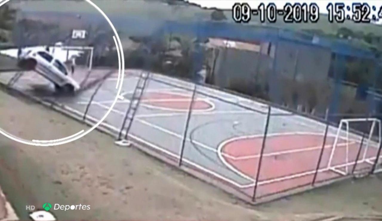 Un niño se salva milagrosamente de ser atropellado en una pista de fútbol sala