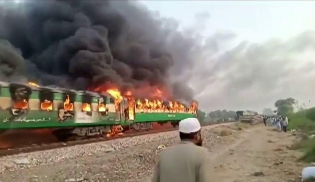 Mueren 65 personas en el incendio de un tren en Pakistán