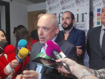 Rafael Simancas, en la sede de FECIR, atendiendo a los medios de comunicación