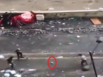 Manifestantes juegan al fútbol en plenas protestas en Irak
