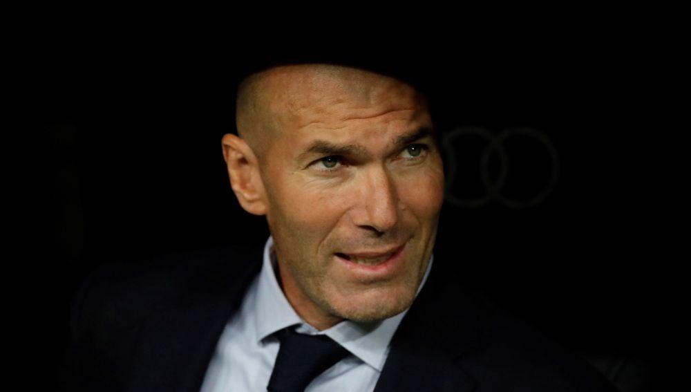 Zinedine Zidane, en el banquillo del Bernabéu
