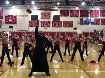 El vídeo del 'cura bailongo' que se ha vuelto viral