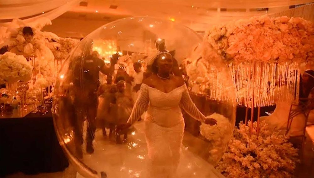 Novia entrando al baile en burbuja
