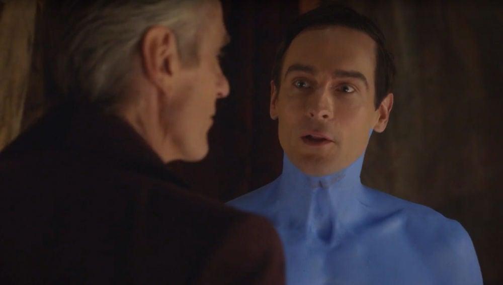 Tom Mison junto a Jeremy Irons en 'Watchmen'