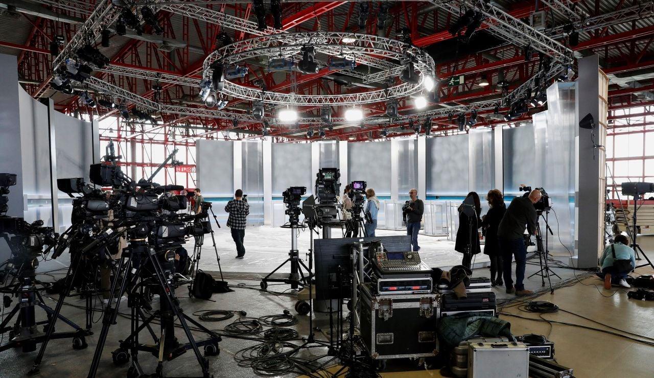 Vista del plató del debate electoral para el próximo lunes en el Pabellón de Cristal de la Casa de Campo de Madrid