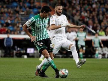 Benzema intenta recuperar un balón