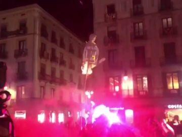 Los CDR queman banderas de España y un monigote del conseller Buch en Barcelona