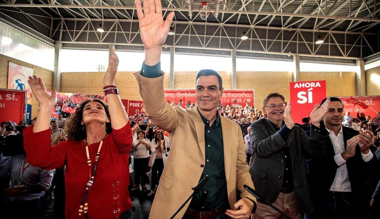 Pedro Sánchez saluda a los asistentes en un mitin en Mislata