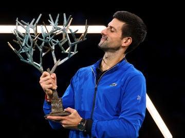 Djokovic con el trofeo