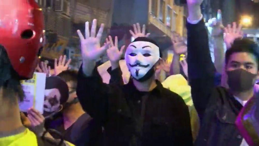La Policia detiene a 200 personas durante los violentos disturbios del sábado en Hong Kong