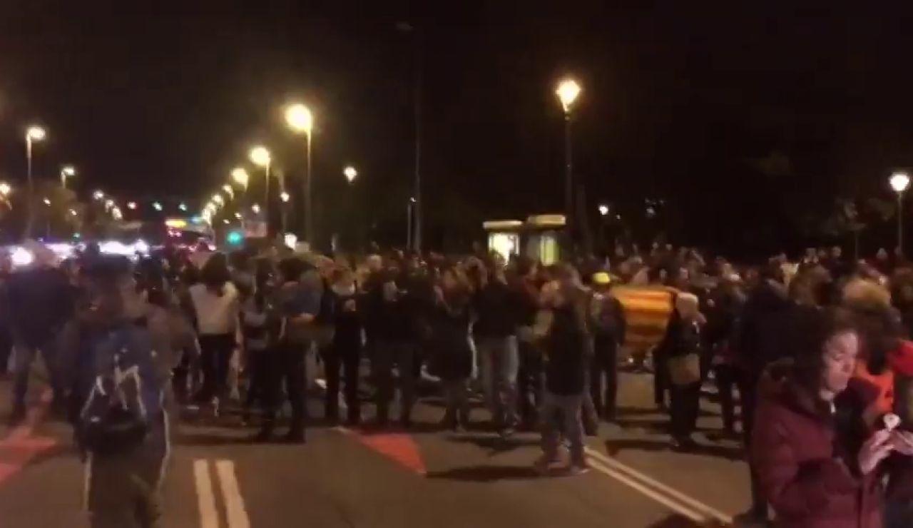 Independentistas cortan la Avenida Diagonal de Barcelona frente al Palacio de Congresos