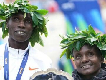 Joyciline Jepkosgei y Geoffrey Kamworor celebran su victoria en Nueva York
