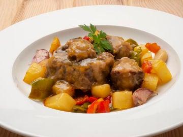 Rabo en salsa con patatas y pimientos