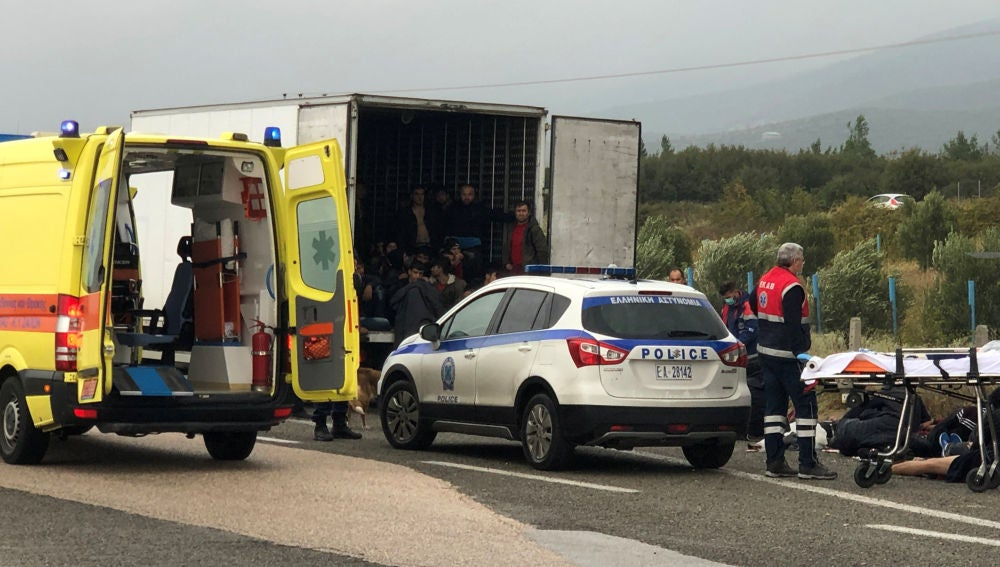 Encuentran 41 inmigrantes dentro de un camión en Grecia