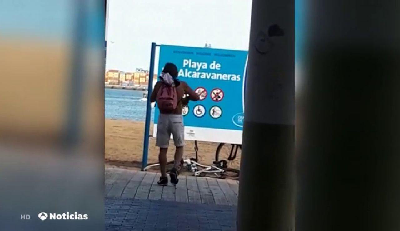 """Los vecinos denuncian que los """"sin techo"""" han ocupado una playa de Las Palmas"""