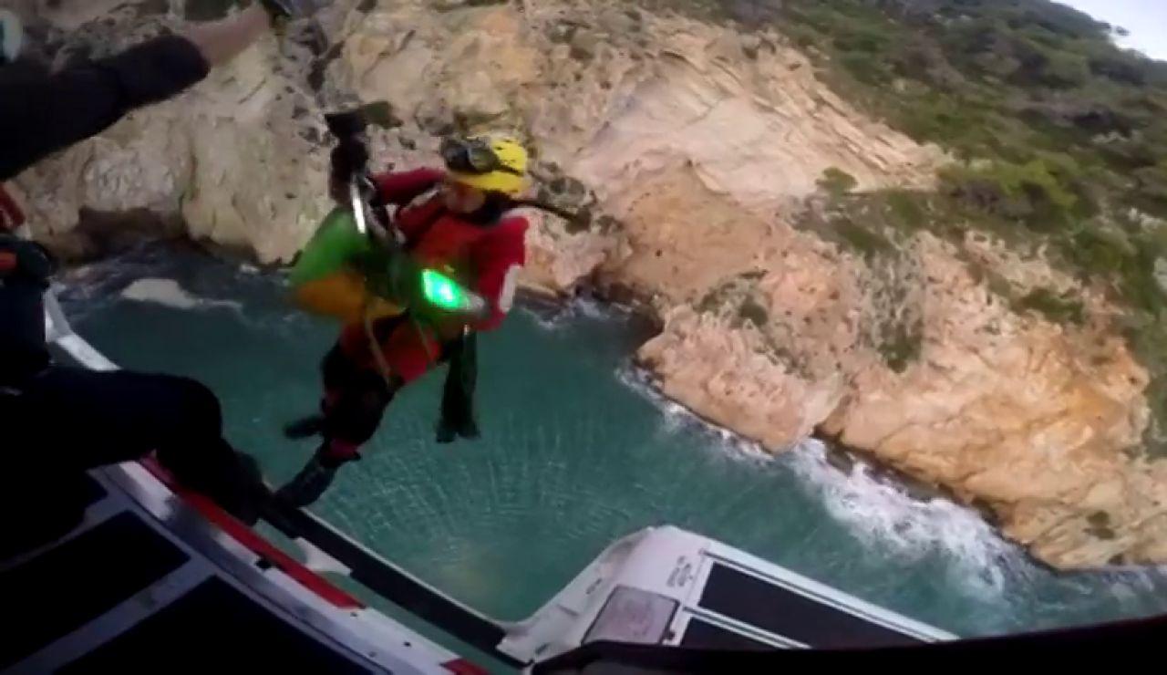 El espectacular vídeo del rescate en helicóptero de las 22 personas atrapadas en una cueva en Jávea