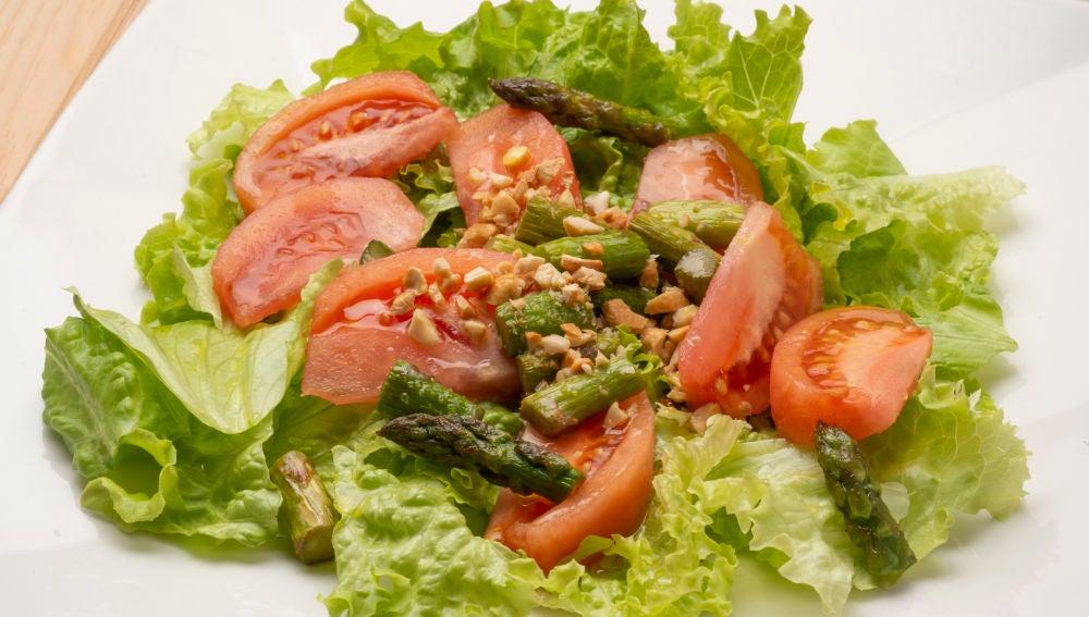 Ensalada de tomate y espárragos verdes