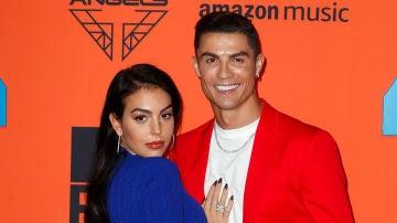 Georgina Rodríguez y Cristiano Ronaldo en la alfombrar roja de los EMAs 2019