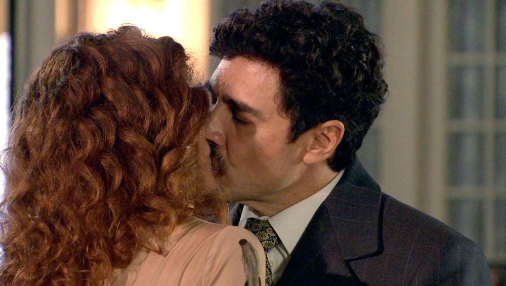 Guillermo presencia un romántico beso entre Julia y Armando