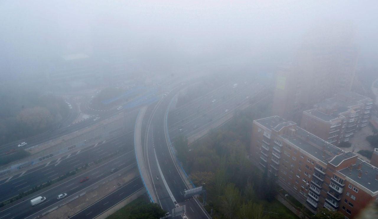 Vista del manto de niebla que cubría el norte de la M-30 de Madrid este martes