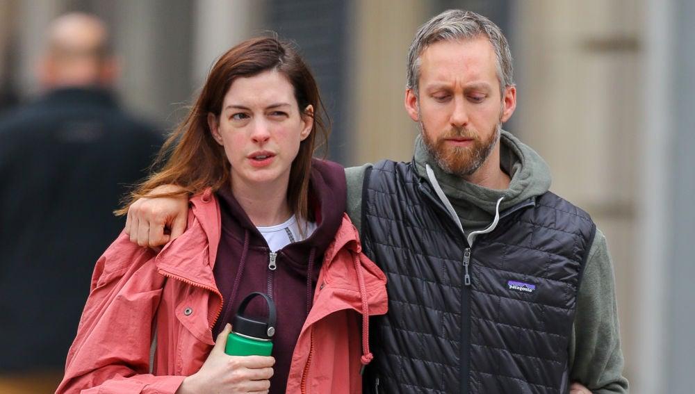 Anne Hathaway y su marido Adam Shulman