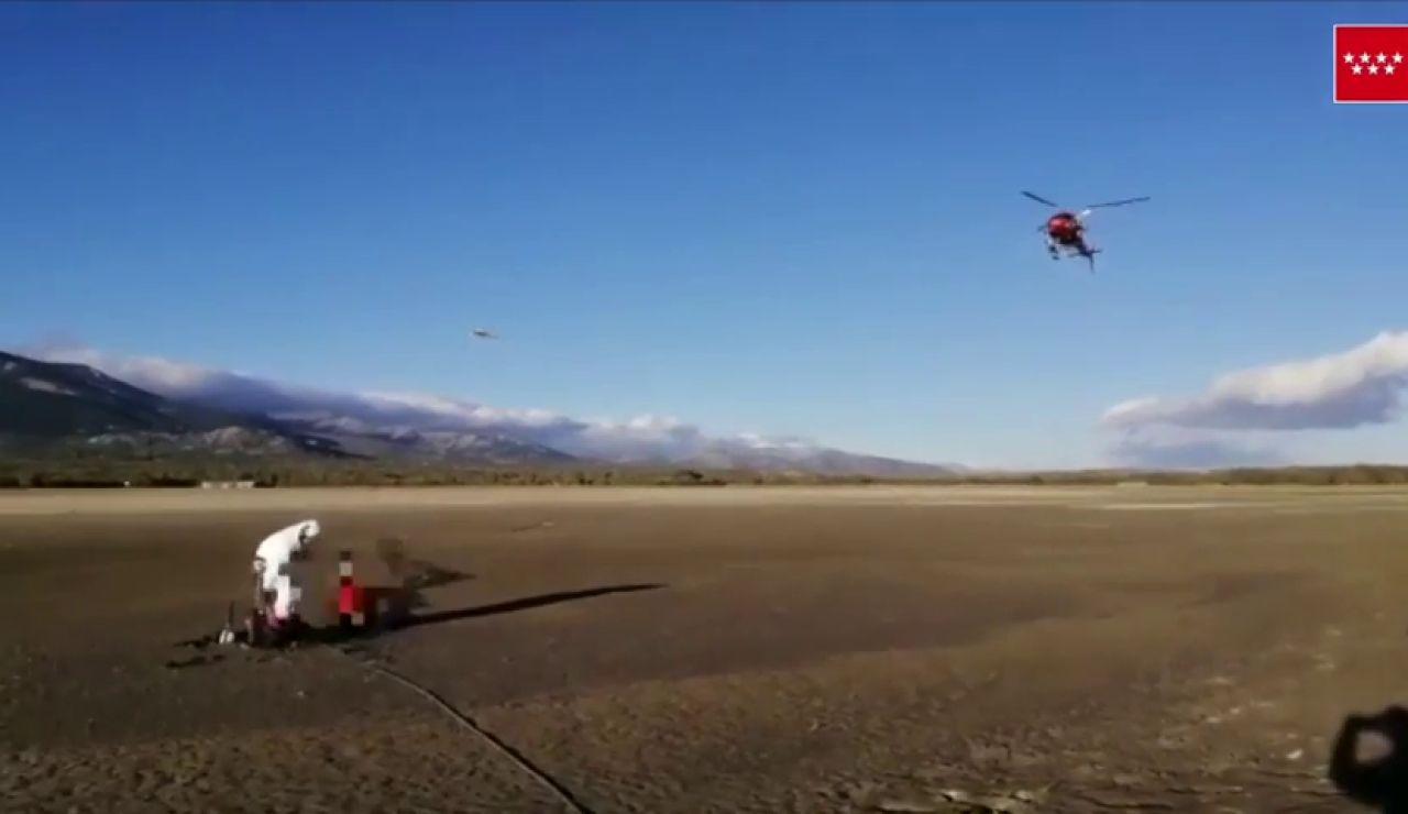 Rescatan a un ciclista en helicóptero tras quedar atrapado en el barro del embalse de Santillana