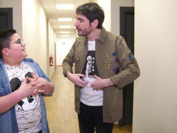 Sustos para superar el miedo y muchos abrazos, el enorme papel de Juanra Bonet en 'La Voz Kids'