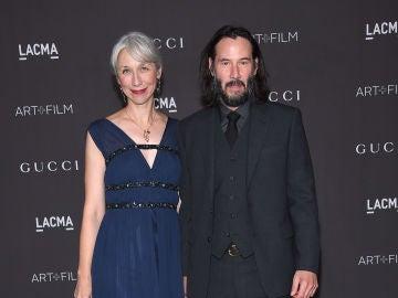 Keanu Reeves posa con su nueva novia después de una década sin posar con nadie