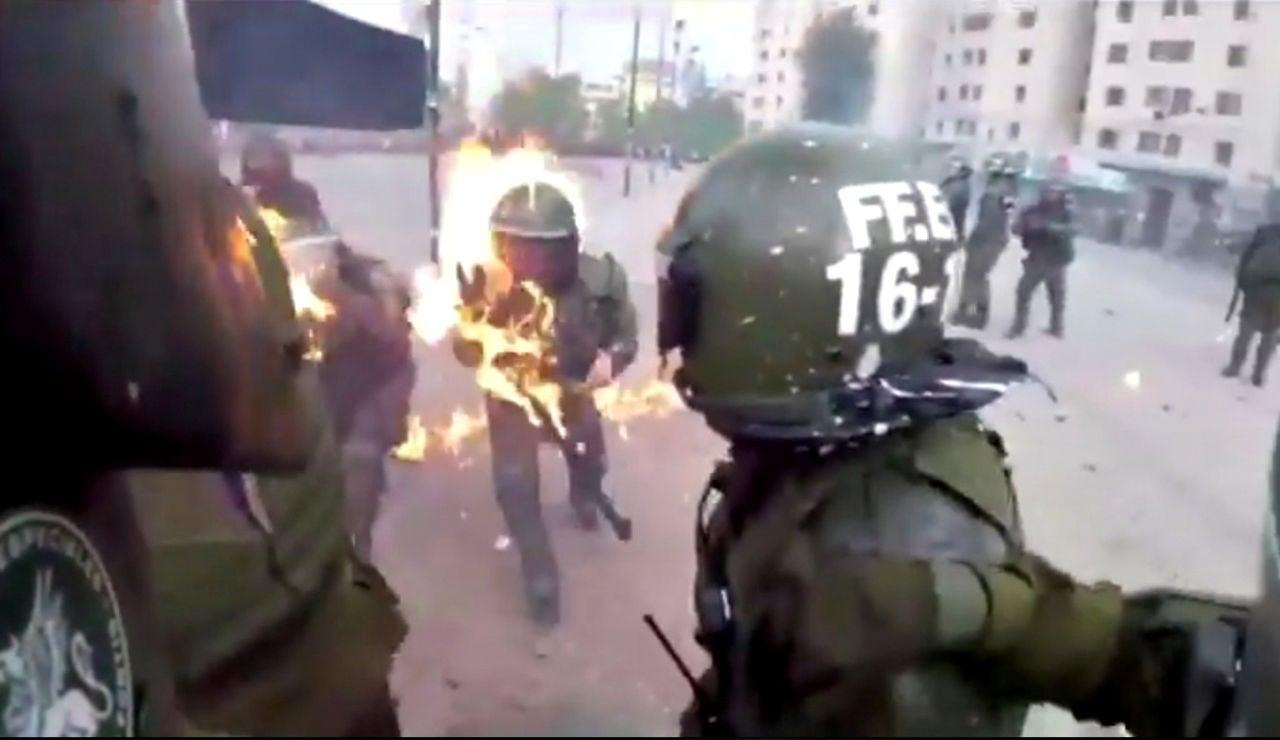 Dos policías, alcanzadas por cócteles molotov en Chile