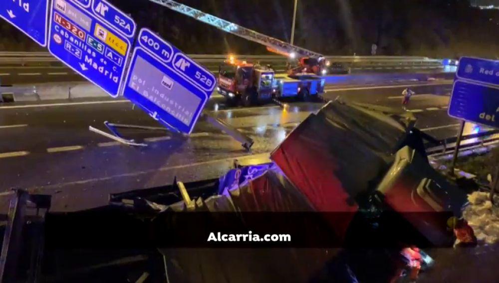 Un camión se estrella y derriba un panel informativo en un espectacular accidente en la A-2