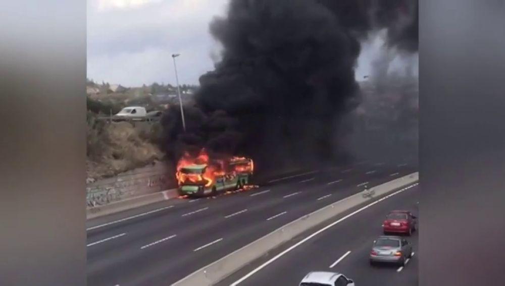 El incendio de un autobús obliga a cortar la A-6 a la altura de Torrelodones