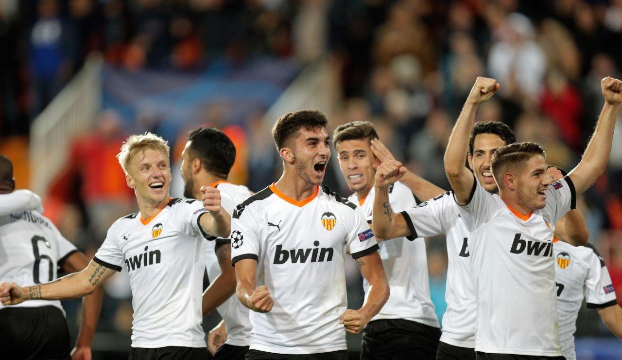 Los jugadores del Valencia celebran un gol ante el Lille