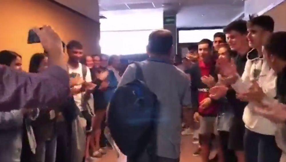 Ovaciones y aplausos en la despedida a un profesor de instituto de Tenerife