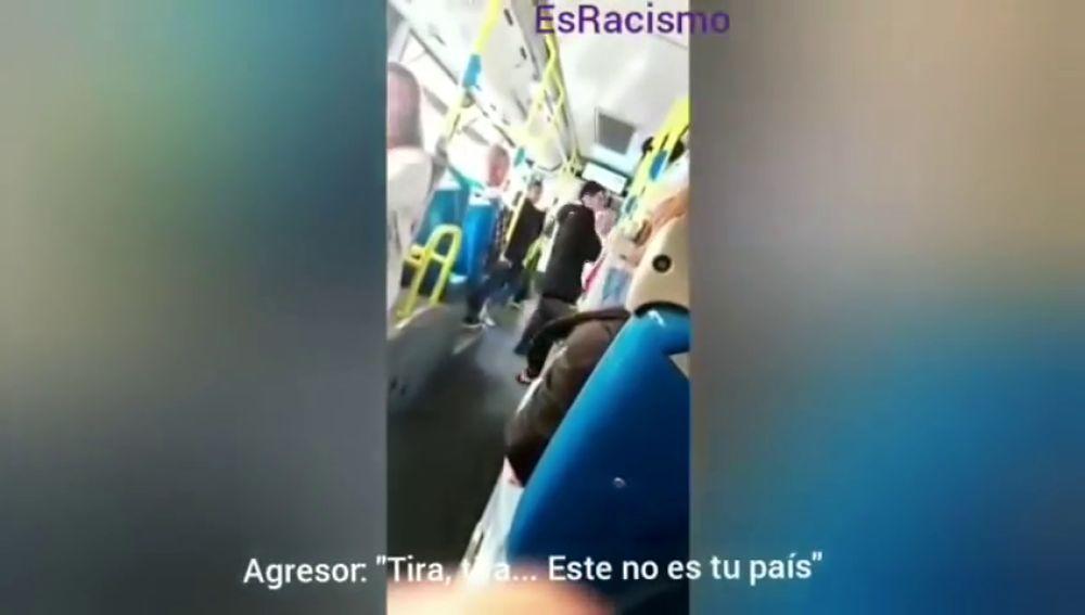 Graban una agresión racista y machista en un autobús de Madrid