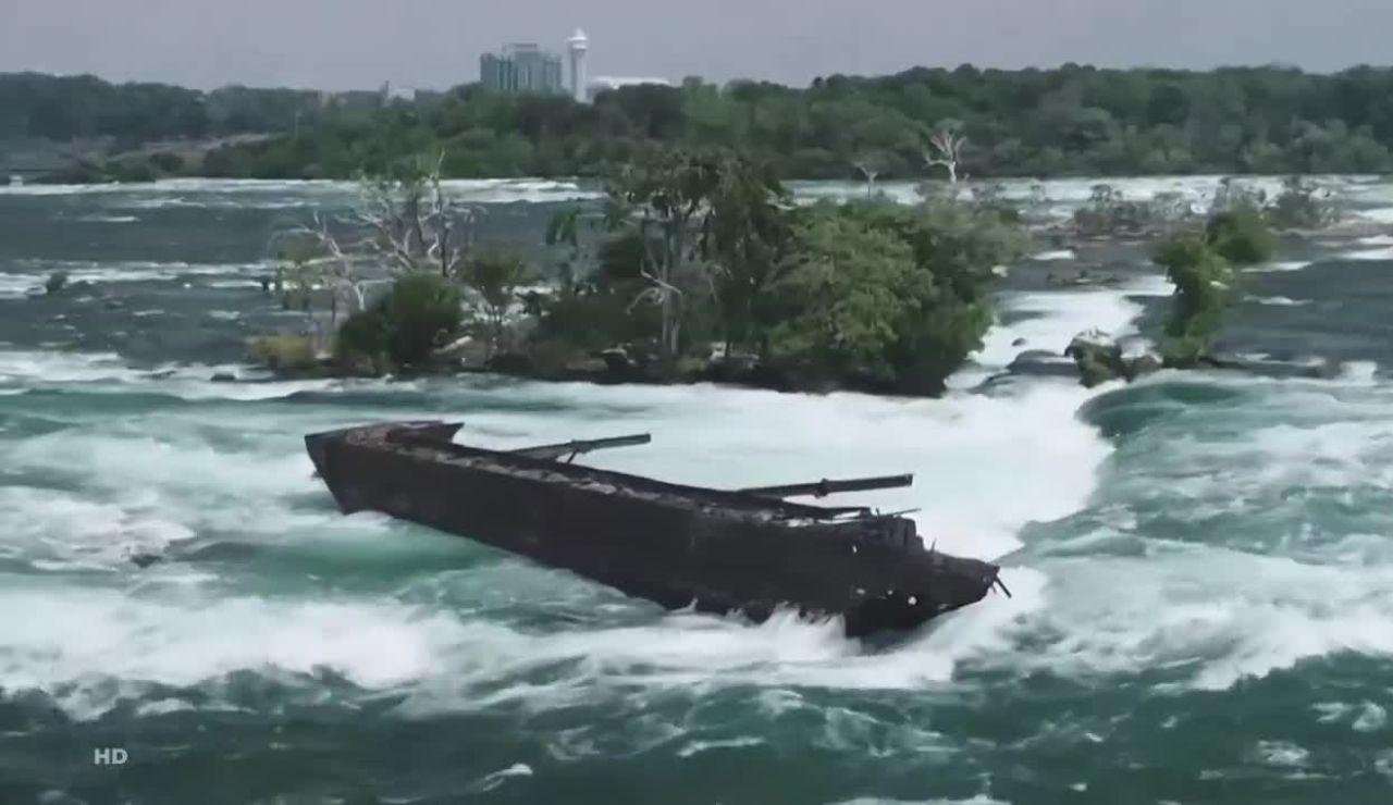 El barco liberado en las Cataratas del Niágara