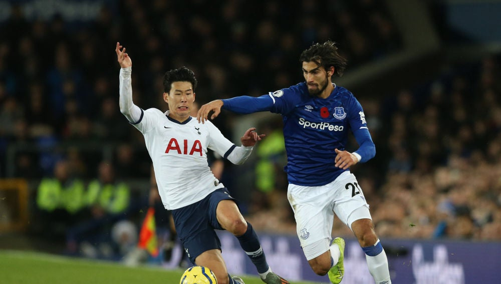 Heung-Min Son y André Gomes en el Everton-Tottenham