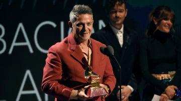 Alejandro Sanz recogiendo el Grammy
