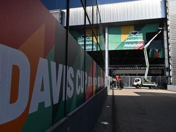 Varios operarios ultiman los preparativos de las finales de la Copa Davis