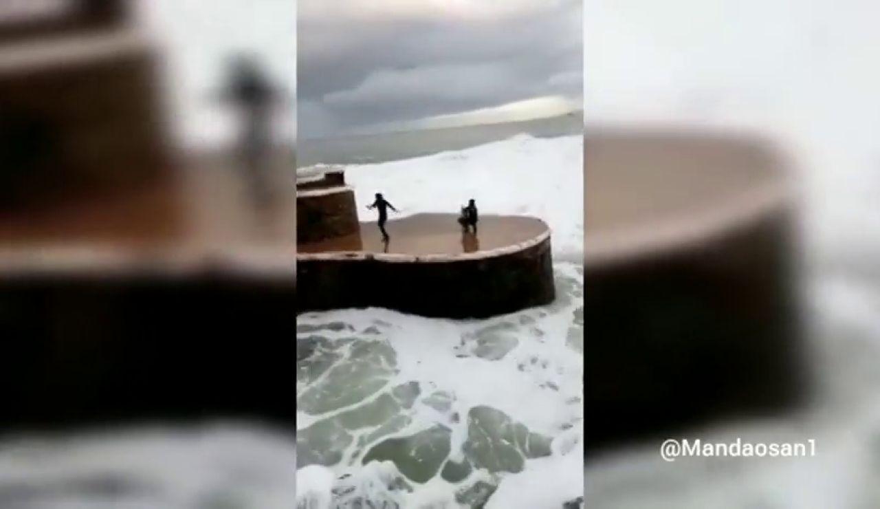 La imprudencia de un grupo surfistas en mitad de un gran oleaje en Zarautz