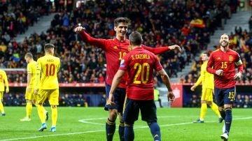 Gerard Moreno y Cazorla celebran un gol ante Rumanía