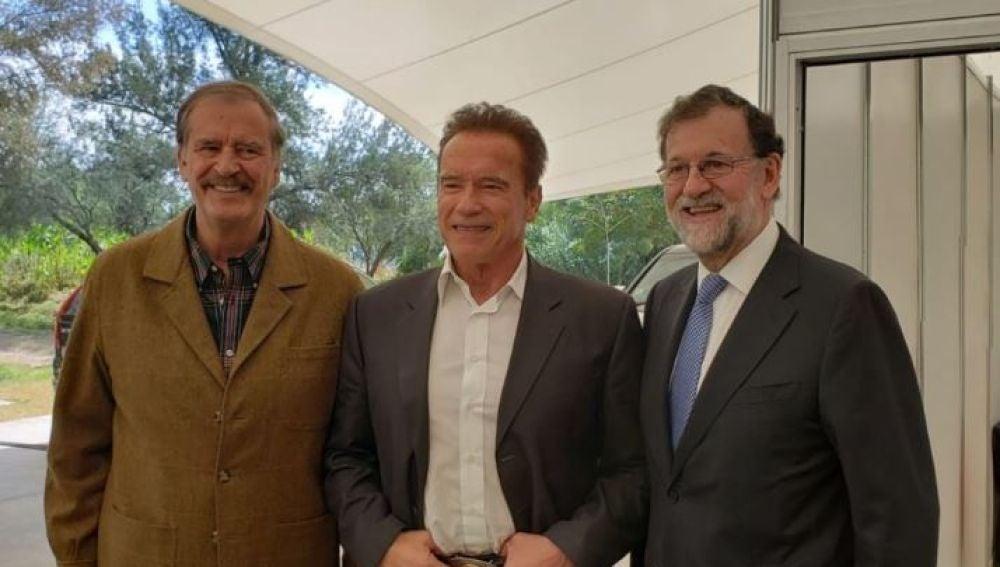 El expresidente mexicano Vicente Fox, junto a Arnold Schwarzenegger y Mariano Rajoy